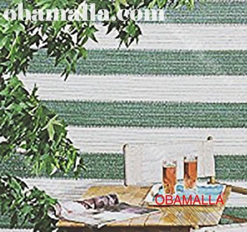 malla sombra bicolor instalada en el exterior para protección contra climas extremos.