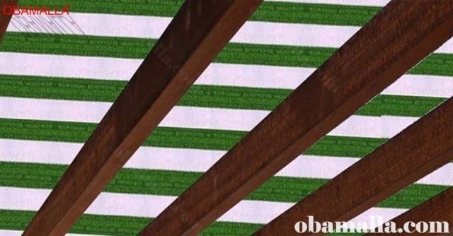malla sombreadora bicolor instalada en techo para protección contra el sol e intensas lluvias..