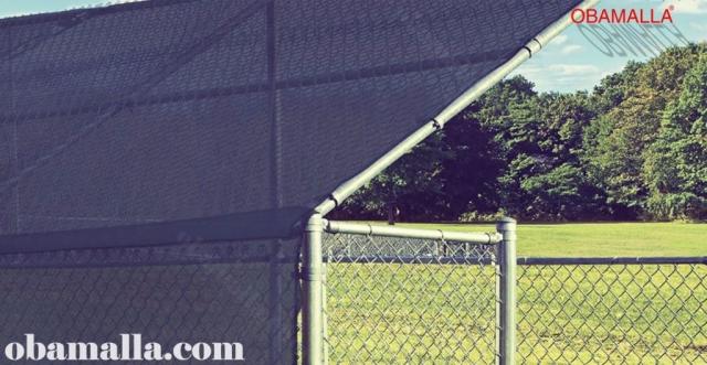 Malla sombreadora instalada sombre campo para la protección contra el clima.